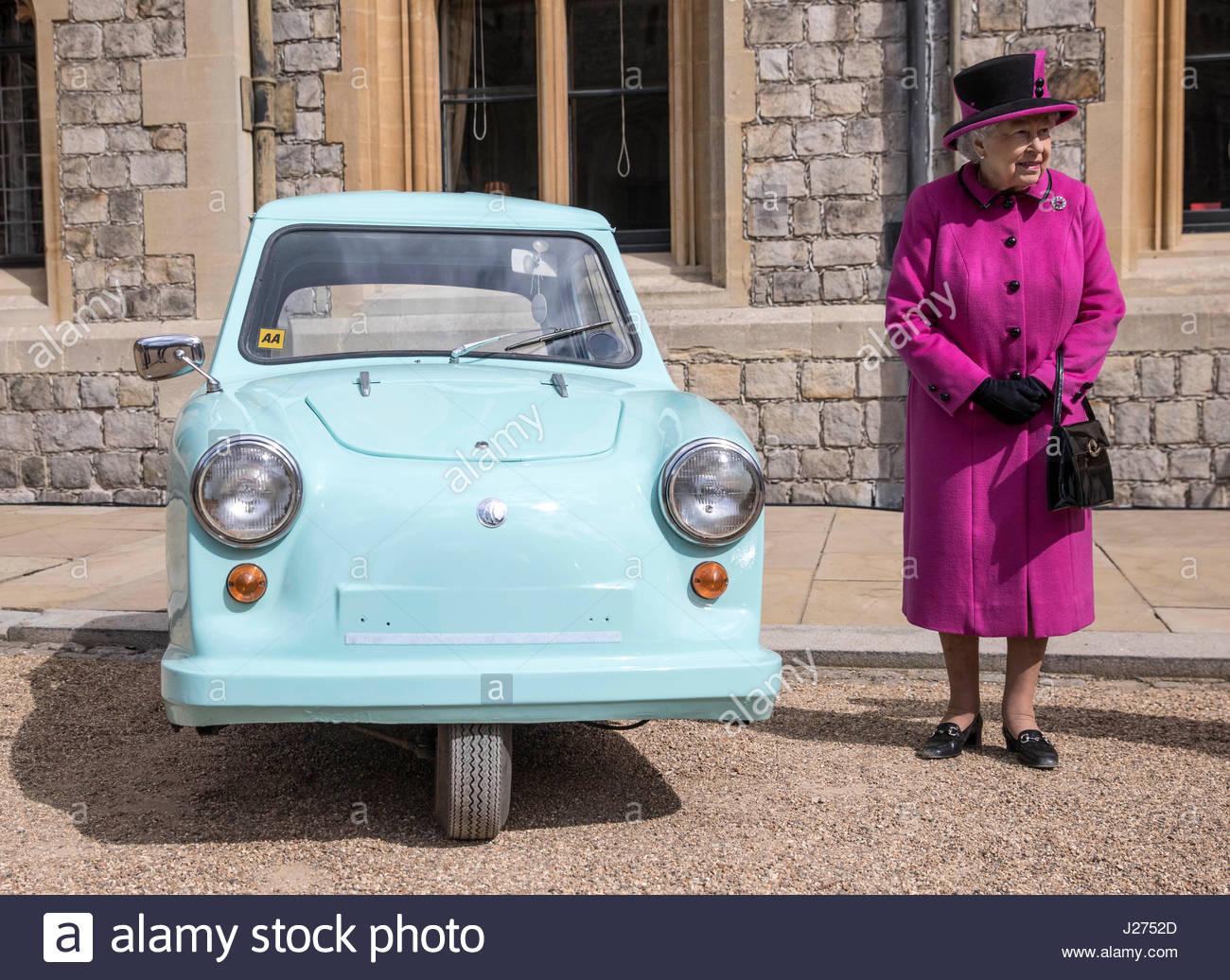 queen-elizabeth-ii-stands-next-to-a-classic-invacar-invalid-carriage-J2752D.jpg