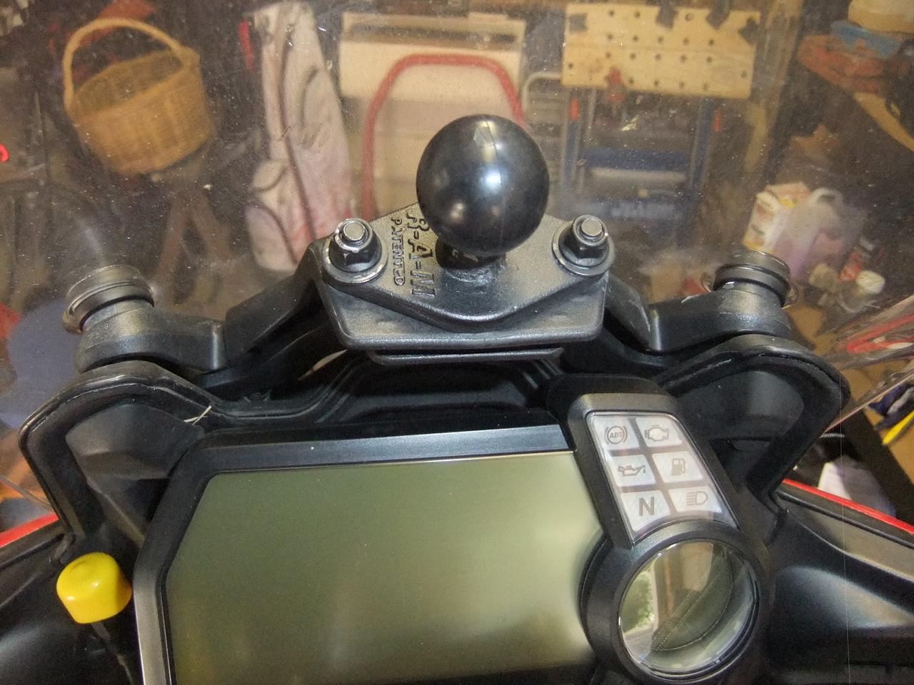 Ram diamond ball mounted on top of the screen adjust frame